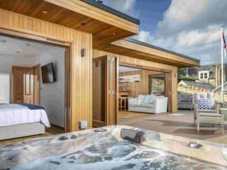 Bespoke Garden Room with Bedroom, Bar & Hot Tub