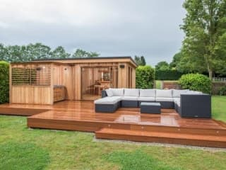 Bespoke Garden Room with Hot Tub & Large Deck
